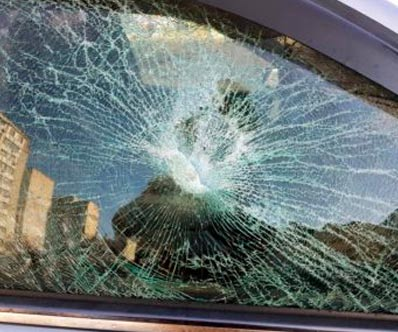 rikkoutunut auton sivuikkuna